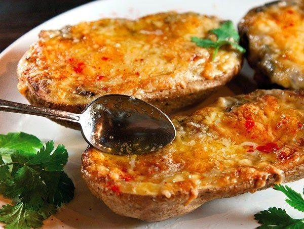 Жульен, в съедобных формочках, приготовленных из картофеля
