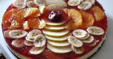 Торт-желе с творогом и фруктами.
