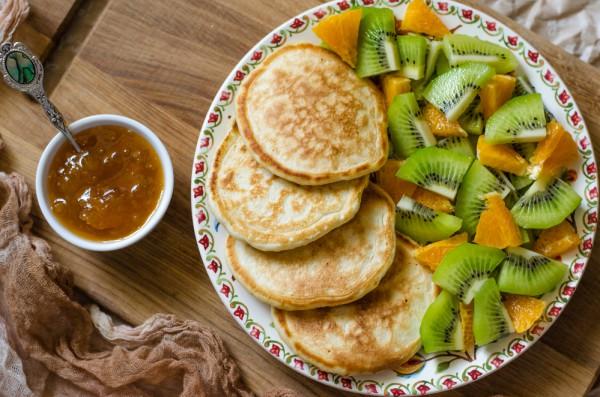 Полезный осенний завтрак: оладьи без муки с яблоками