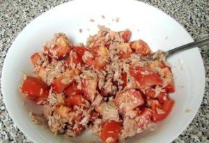 • Шаг 1 Сливаем жидкость из тунца и измельчаем рыбу вилкой. Выкладываем в салатник. • Шаг 2 Помидоры режем кубиками, добавляем к рыбе, солим, перемешиваем. • Шаг 3 Листья салата моем и мелко режем. • Шаг 4 С кукурузы сливаем жидкость и добавляем в салат. • Шаг 5 Маслины режем кружочками. • Шаг 6 Заправляем салат оливковым маслом и аккуратно перемешиваем