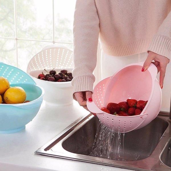 5 новых полезных вещей для кухни Продолжаем изучать изобретения человечества, которые призваны упростить жизнь домохозяйки и домохозяина. Сегодня у нас в гостях улучшенный держатель для крышек и ложек, двойная миска-дуршлаг, очиститель и вырезатель для ананасов, мульти-ножик для лука и помощник-фиксатор для приготовления шашлыка. Названия по традиции оригинальные с сайта (так веселее). 1. Складной Ложка Отдыха крышки горшок держатель 1 Про держатель для крышек и ложек я уже рассказывал в прошлом выпуске. Более того, я даже его заказал, он приехал и в целом меня устраивает. Но потом я увидел вот этот держатель и понял, что он лучше. Хотя бы потому, что позволяет фиксировать половник, и все капли остаются в нем, а не стекают на подставку. 2. Резак нож мульти измельчитель Sharp Лук-Шалот Один раз отмерь и семь раз отрежь! Нет, я не перепутал, этот нож работает как раз по такому принципу. И одно движение им заменяет семь движений обычным ножом. Можно резать обычный зеленый лучок: 2 Можно резать порей ровными кольцами одинаковой толщины: 3 И можно резать тот же порей, но в длину 4. 3. Организатор Фрукты И Овощи Хранения Стиральная Слив Корзины Перевод как обычно чудовищный, но смысл понятен. Это миска-дуршлаг для мытья овощей и фруктов. В дуршлаг миска превращается простым перемещением забрала с дырками в нужное положение. 5 4. Ананас бур Слайсеры Овощечистка Чистка ананаса не самое простое занятие - особенно, если мы хотим удалить все темные пятна. Процесс может занять довольно долгое время и вот этот резак может сильно его ускорить. Правда, нам придется срезать чуть больше вкусного слоя вместе со шкуркой, зато все происходит почти мгновенно. 6 5. Новый Мясо На Шампур Машина Чайник мясо устройство А вот это устройство призвано упростить священный процесс нанизывания мяса на шампуры. А заодно защитить руки нанизывателя от случайного протыкания шампуром. Особенно это актуально в тех случаях, когда на стол еще не накрыли, а пить уже начали. Ну и еще устройство незаменимо, 