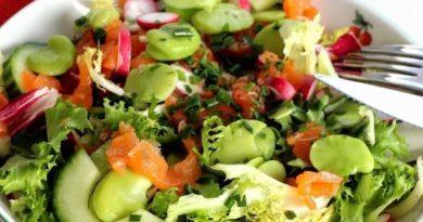 Овощной салат с копченой форелью