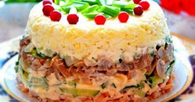 Salat-s-kopchenoy-kuritsey-ogurtsom-i-gribami-ricca