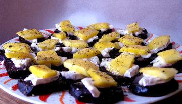 Запеченная свекла с двумя видами сыра: сырный квадрат Малевича