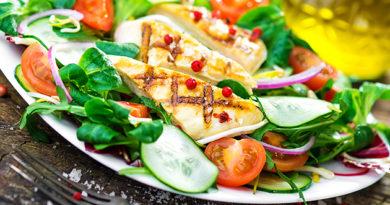 kurinyj-salat-s-pomidorami-i-ogurcami