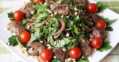 salat-rukkola-kurinaya-pechen