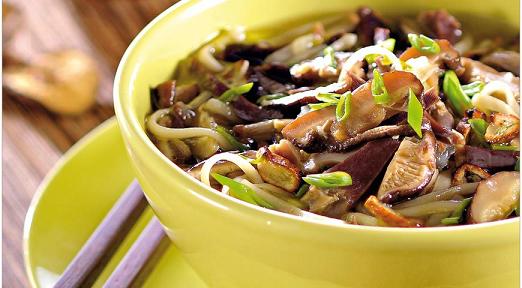Суп с куриными желудками, шиитаке и печеным чесноком