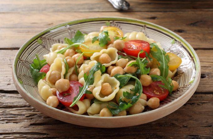 teplyj-salat-s-makaronami-nutom-i-pomidorami-cherri