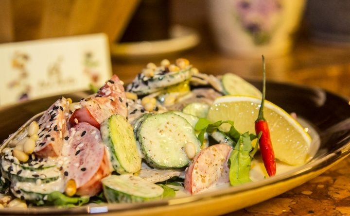 salat-s-yazykom-i-orekhovym-sousom