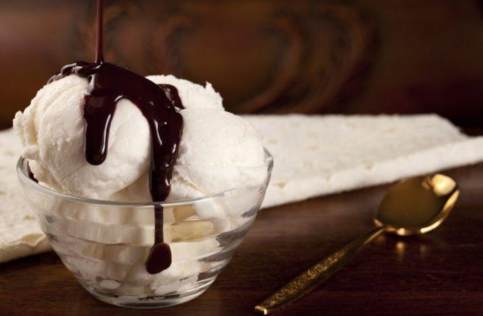 shokoladnyj-sous-s-myatoj-k-morozhenomu