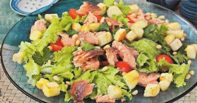 salat-s-sukharikami-i-kopchenym-lososem