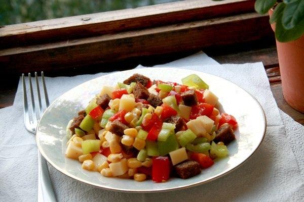 salat-s-suxarikami-syrom-i-kukuruzoj
