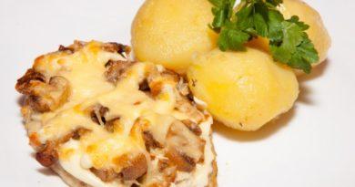 Запеченое мясо с грибами и сыром