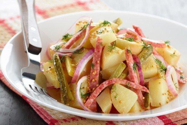 kartofelnyj-salat-s-lukom-i-salyami