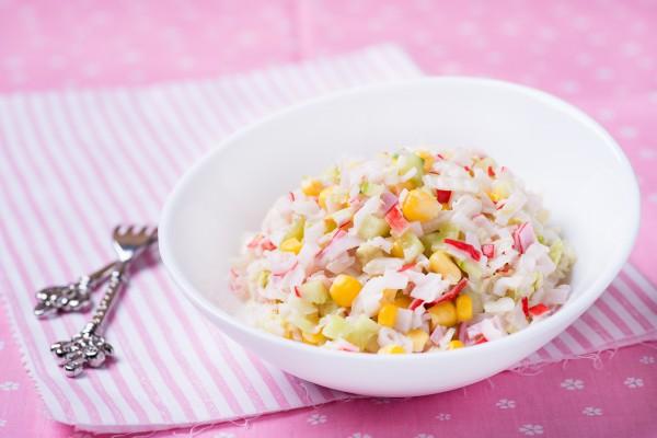 risovyj-salat-s-krabovymi-palochkami