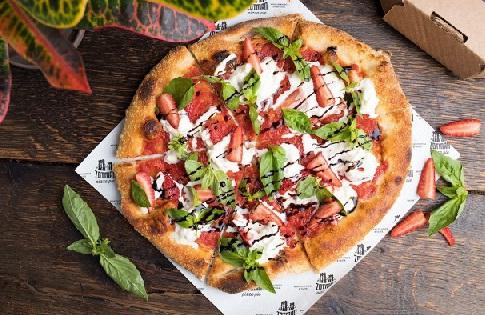 Пицца склубникой, страчателлой ибазиликом