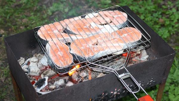 Главный секрет вкуса, чтобы рыба на углях на решетке получилась вкусная и сочная — выбирайте жирные сорта красной рыбы.