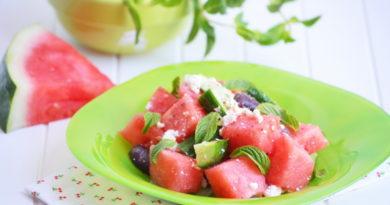 salat-s-arbuzom-syrom-feta-i-ogurcami