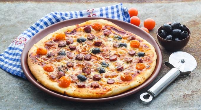 prostaya-picca-s-sosiskami-syrom-i-pomidorami