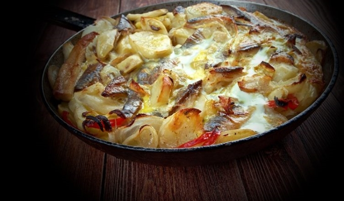 seld-s-kartofelem-zapechennaya-v-moloke