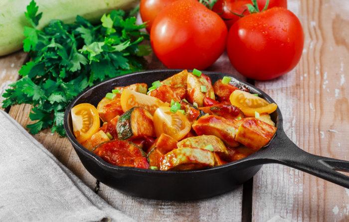 tushenye-cukkini-v-tomatnom-souse