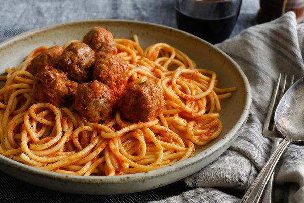pasta-s-frikaselkami-v-tomatnom-souse