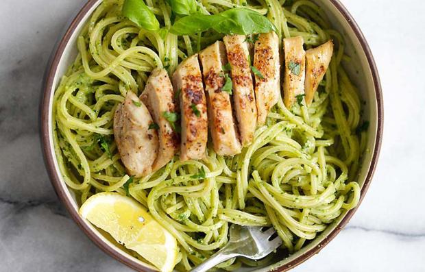 spagetti-s-kuricej-i-sousom-pesto