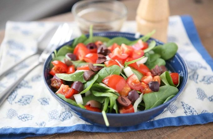 grecheskij-salat-so-shpinatom