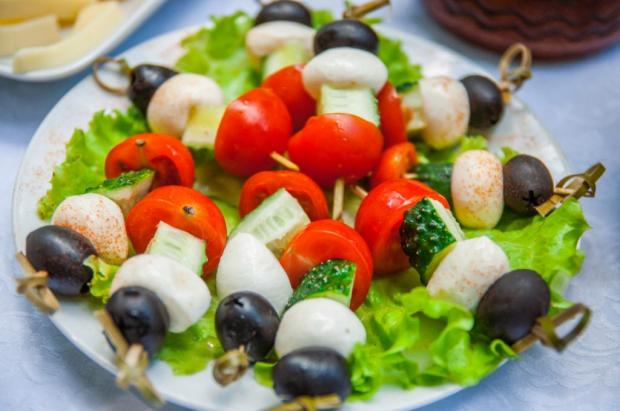 kanape-s-syrom-maslinami-ogurcami-i-pomidorami