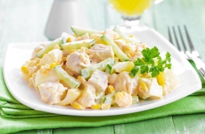 legkij-salat-s-kuricej-i-kukuruzoj