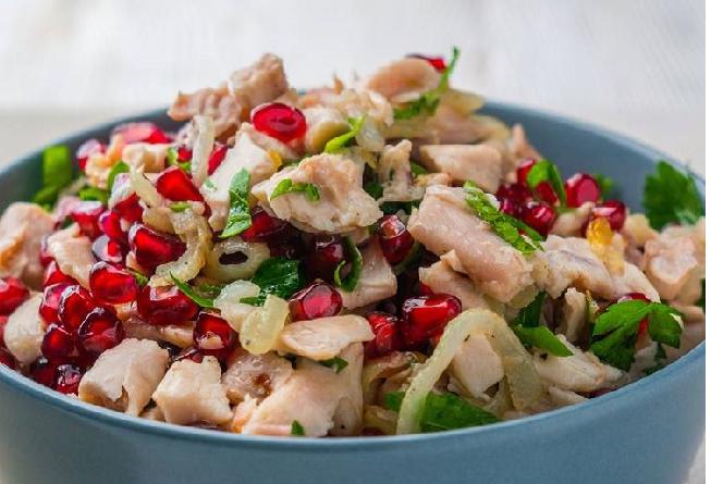 Легкий салат с курятиной и зернами граната
