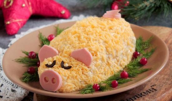 Салат «Новогодняя свинка» с курицей