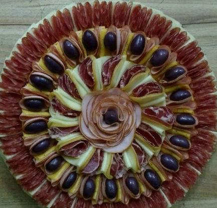 Колбасно-сырная нарезка на новогодний стол