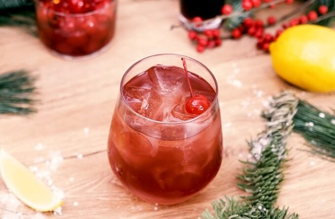 koktejl-s-dzhinom-i-vishnevym-likerom