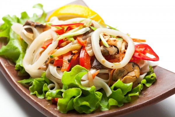 salat-s-kalmarami-i-syrom-suluguni