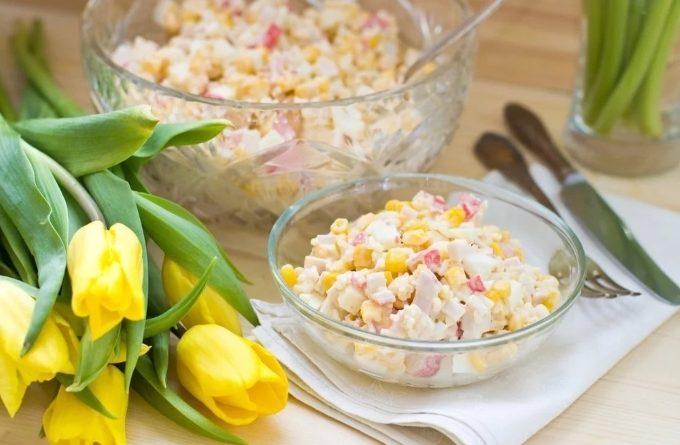 salat-s-krabovymi-palochkami-kukuruzoj-i-yablokami