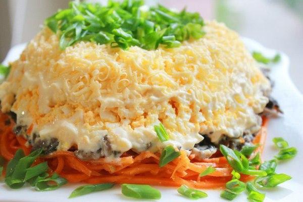 sloenyj-salat-s-kuricej-i-korejskoj-morkovyu
