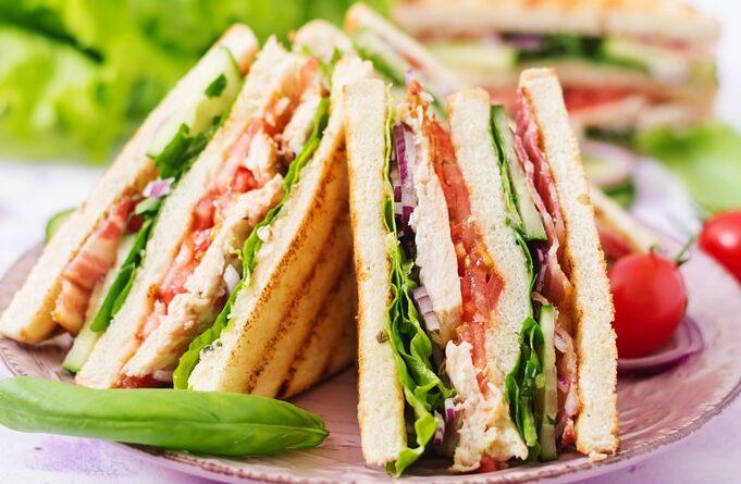 clab-sendvich-s-kopchenoj-kuricej