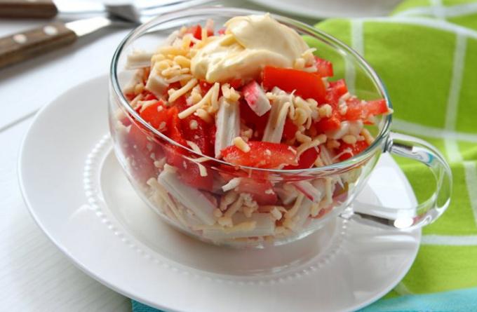 salat-iz-krabovyx-palochek-s-pomidorami