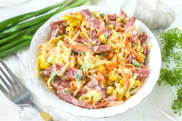salat-s-kolbasoj-i-kukuruzoj-avrora