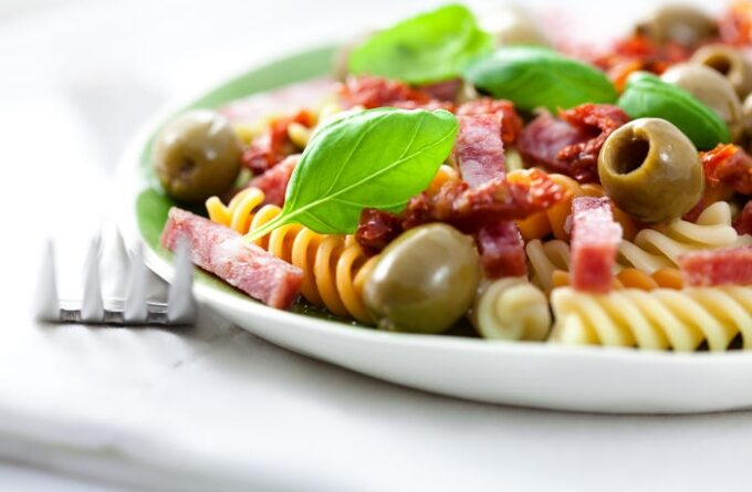 salat-s-makaronami-i-sosiskami