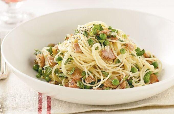 spagetti-s-bekonom-i-zelenym-goroshkom