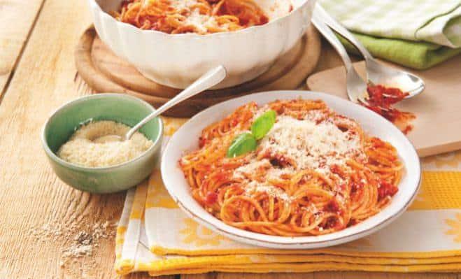 spagetti-s-syrom-i-tomatnym-sousom