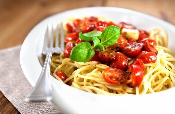 spagetti-s-syrom-pomidorami-i-bazilikom