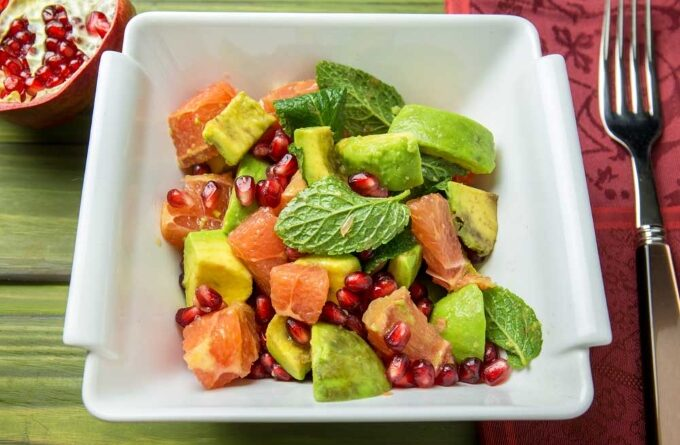 salat-s-avokado-grejpfrutom-i-granatom