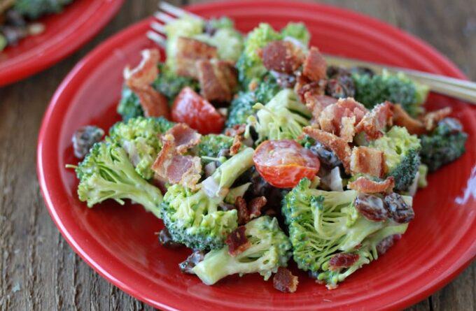 salt-s-brokkoli-bekonom-i-pomidorami