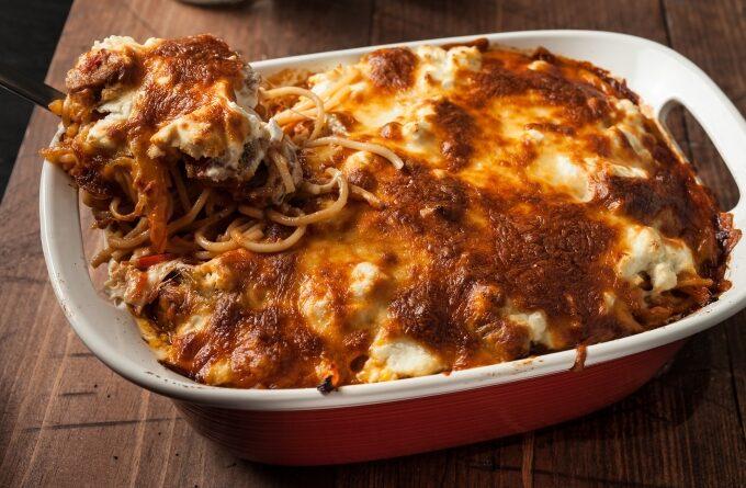 spagetti-s-sosiskami-i-syrom-v-duxovke