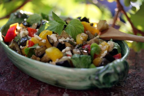 teplyj-salat-s-baklazhanami-pomidorami-i-percem