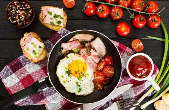 yaichnica-s-vetchinoj-i-pomidorami