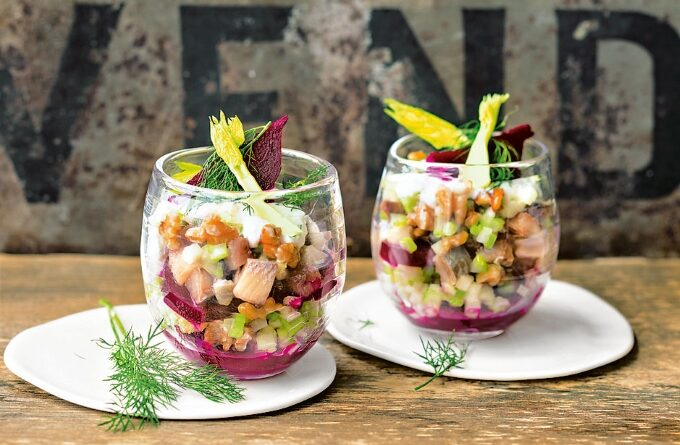 salat-koktejl-s-seledkoj-i-yablokom
